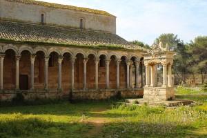 Il colonnato ed il pozzo dell'Abbazia