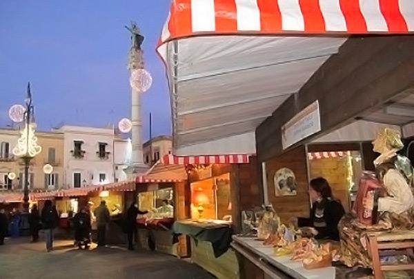 Stand di Natale in piazza Santo Oronzo